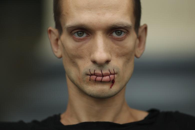 Pyotr Pavlensky, Seam, 2012.jpg